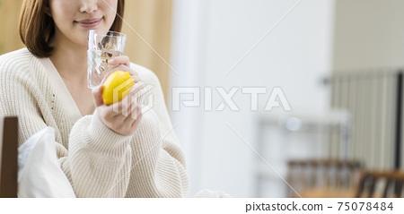 婦女餵水合作用 75078484