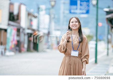 喝咖啡休息時間的女商人 75080698