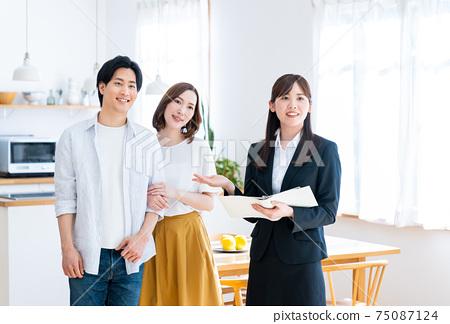 年輕夫婦參觀樣板房 75087124
