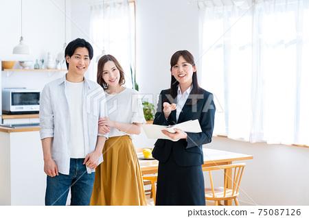 年輕夫婦參觀樣板房 75087126