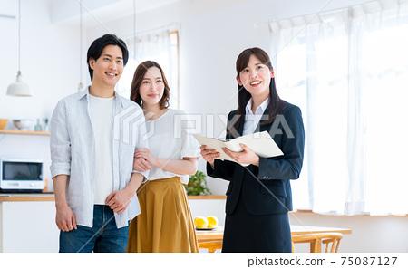 年輕夫婦參觀樣板房 75087127
