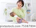 아기 발열 곤란 스마트 폰 어머니 75087894