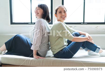 兩個女人帶著微笑 75090973