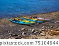 多個海上皮划艇被扣留在海灘上海洋運動 75104944