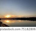 Sunset reflected on the surface of the Yodo River 75182806