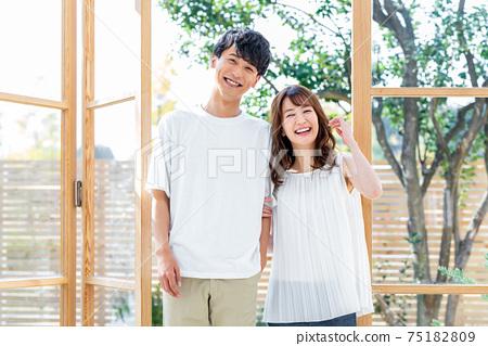 站在窗戶旁邊的年輕夫婦 75182809