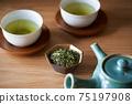 茶葉的綠茶圖像放在一個小碗裡 75197908