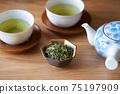 茶葉的綠茶圖像放在一個小碗裡 75197909
