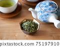 茶葉的綠茶圖像放在一個小碗裡 75197910