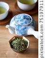 茶葉的綠茶圖像放在一個小碗裡 75197911