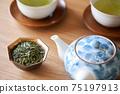 茶葉的綠茶圖像放在一個小碗裡 75197913