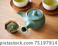 茶葉的綠茶圖像放在一個小碗裡 75197914