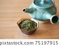 茶葉的綠茶圖像放在一個小碗裡 75197915