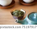 茶葉的綠茶圖像放在一個小碗裡 75197917