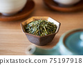 茶葉的綠茶圖像放在一個小碗裡 75197918