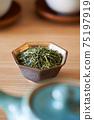 茶葉的綠茶圖像放在一個小碗裡 75197919