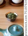 茶葉的綠茶圖像放在一個小碗裡 75197920