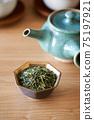 茶葉的綠茶圖像放在一個小碗裡 75197921