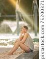 케언즈 라군 수영장에 앉아 하프 미녀 75200371