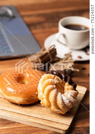 各種類型的甜甜圈 75214357