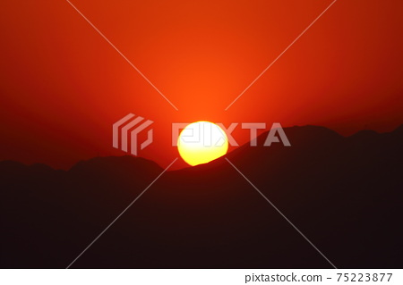 翻山越嶺的日落 75223877