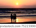 黃昏時站在海中的女孩(剪影) 75223990