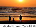 有觀看在湘南海岸的孩子的家庭日落 75224038
