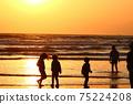 孩子們在黃昏時在海裡玩(剪影) 75224208