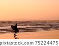 衝浪者(女性)黃昏時沿著海岸線走 75224475