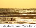 等待波浪的衝浪者 75224617