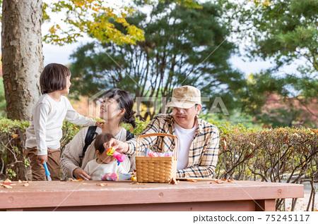 가을의 공원에서 노는 가족 제품군 75245117