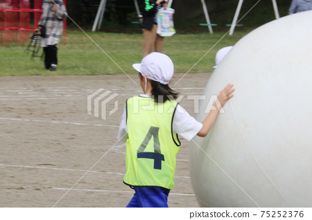 Sending big balls at an elementary school athletic meet. White group Red group Good luck 75252376