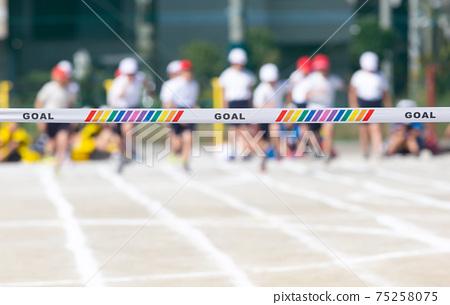 開始小學田徑比賽的破折號和進球帶 75258075