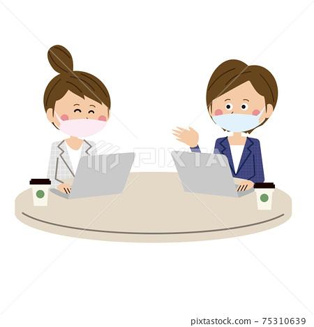 兩名戴著面具和開會,同時看著一家咖啡館的筆記本電腦的流行女人 75310639