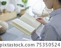 女人在客廳裡放鬆和看書 75350524