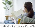 女人在客廳裡放鬆和看書 75350526