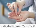 婦女的手有醫學的 75350531