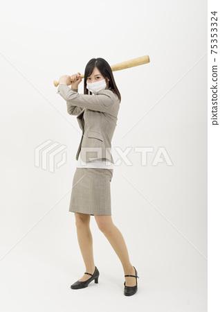 一個戴著口罩和打扮成麵糊的女人 75353324