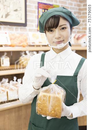 一位女性麵包店店員採取了預防感染的措施 75379003