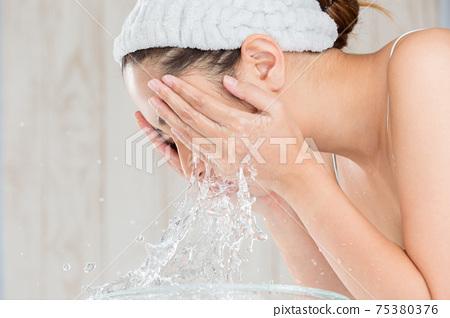 女人洗臉 75380376