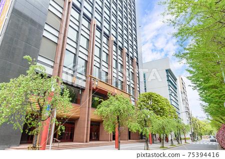東京都中央區明治廣場通明治廣場和新鮮的綠色路邊樹木 75394416