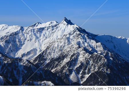 北阿爾卑斯仲冬的椿山 75398298