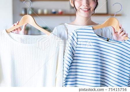選擇衣服的年輕女子 75415756