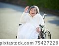 奶奶坐在輪椅上揮舞著的手 75427229