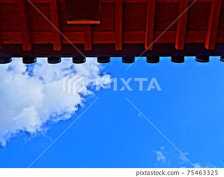 푸른 하늘과 지붕 75463325