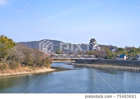 [일본 100 대 성】 오카야마 성 및 아사히카와과 조작 산 겨울 맑은 하늘 오카야마 현 오카야마시 키타 구 75483681