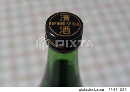 일본 술의 캡과 병의 상단 75484036