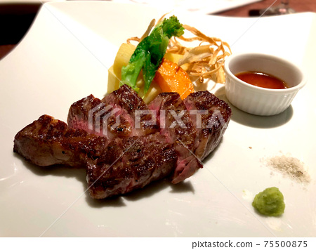 Aged meat steak that looks delicious 75500875