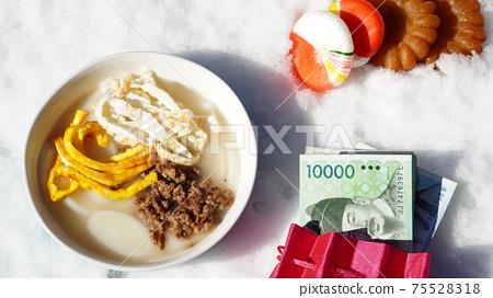 겨울눈을 배경으로 떡국과 옥춘사탕와 약과 75528318