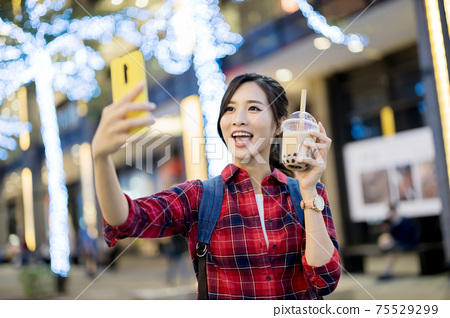 traveler with bubble tea 75529299